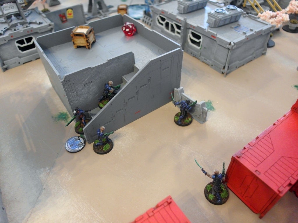 A Gao Rael watches over an alley while the Sakiel Lieutenant prepares to move his Trident onto the roof - click to enlarge